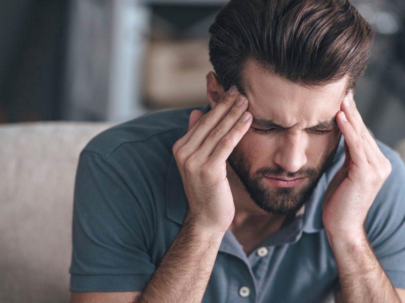 psicologa para la ansiedad en valencia - chico con dolor de cabeza