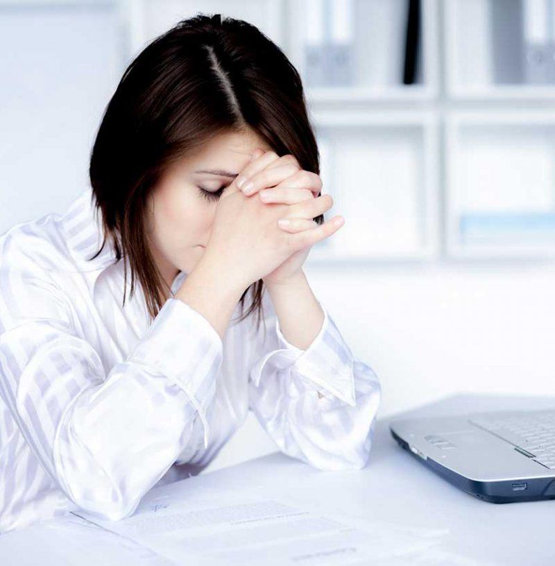 psicologa para la depresion en valencia - chica en la mesa