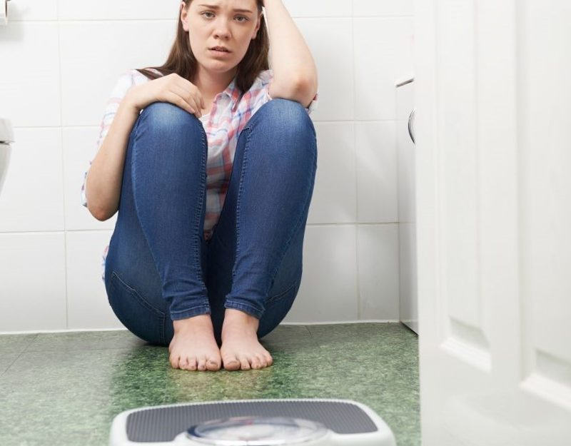 psicologa para la anorexia nerviosa en valencia - báscula en el baño